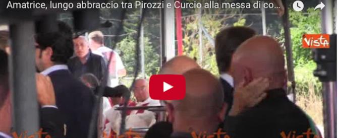 Amatrice un anno dopo, il lungo abbraccio tra Pirozzi e Curcio (video)
