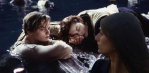 Dal film Titanic, catastrofe per antonomasia. Raggi contempla