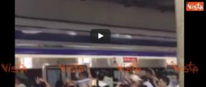 Resta incastrato sotto il treno, i passeggeri spingono insieme e lo liberano (video)