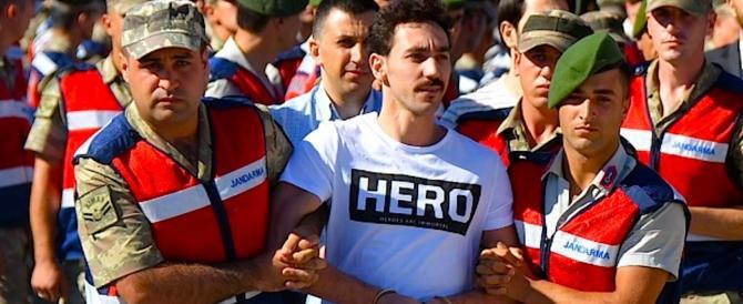 """Turchia, l'ira di Erdogan: golpista va al processo con T-shirt con scritto """"eroe"""""""