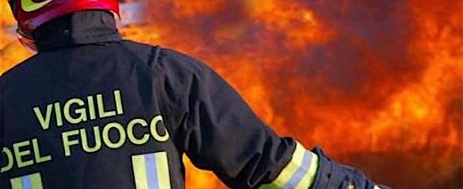"""Non si allenta la morsa del fuoco. L'Ugl: """"Mancano tremila pompieri"""""""