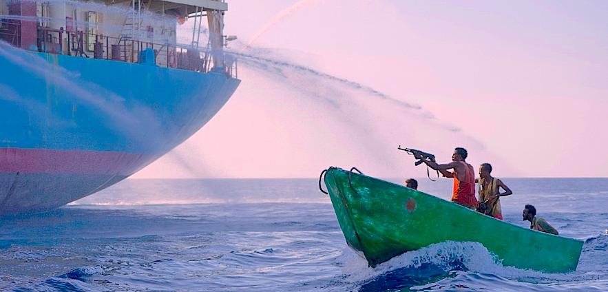 Attacco di pirati somali armati di Ak47 a una nave commerciale
