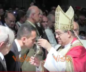 San Gennaro, Di Maio debutta baciando teca (e pantofola) al Cardinale. Il video
