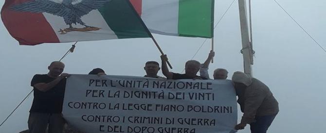 Il prof fascista non ha paura e sventola la bandiera della Repubblica Sociale