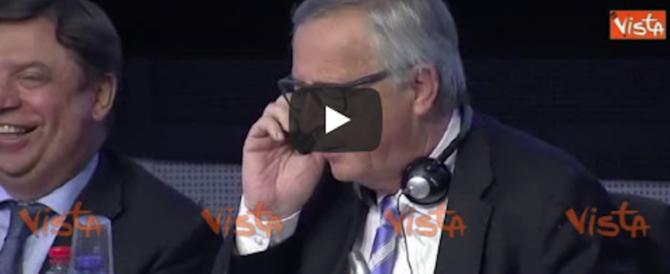A Bruxelles se la spassano. Juncker risponde al telefono e ride: «È mia moglie» (video)