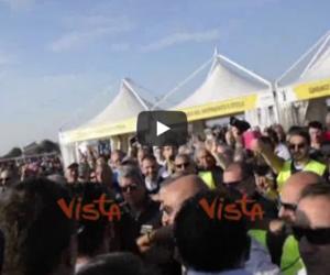 M5S, cori per la Raggi e insulti alla giornalista Rai: «Merde, andate via» (video)