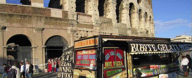 Sulle spalle 5 decreti di espulsione: vendeva tranquillamente acqua al Colosseo