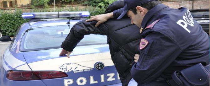 Tunisino fermato a Trento: «La poliziotta non deve toccarmi». Poi il caos