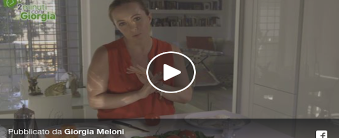 Giorgia Meloni ai fornelli, tra cucina e politica. Il video ingolosisce il web (Video)