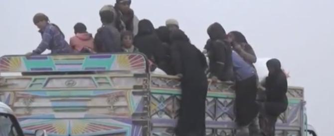 Siria, è esodo di massa di pastori e miliziani, evacuati dall'ultima enclave dell'Isis