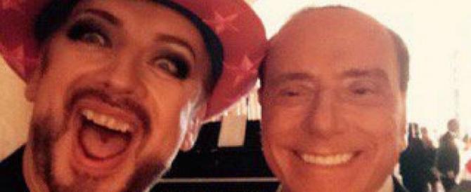 Boy George e il selfie con Berlusconi. La star inglese: il Cavaliere è un'icona