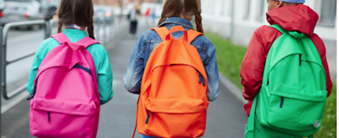 Crolla un falso mito: lo zainetto pesante non causa la scoliosi nei bimbi