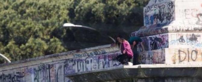 Sesso e selfie in bilico sul ponte: la folle moda che spopola a Roma Nord (video)