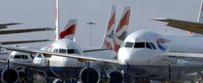 Paura a Parigi, evacuato un aereo della British Airways: passeggeri in fuga