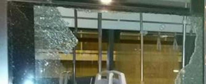 Roma, straniero spacca con un pugno il finestrino del bus, panico tra i passeggeri