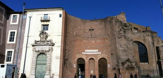 Roma, pregiudicato ivoriano danneggia una basilica: perché era ancora in Italia?