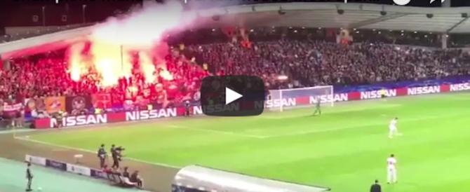 Razzo dagli spalti sfiora l'arbitro: tragedia sfiorata in Champions (video)
