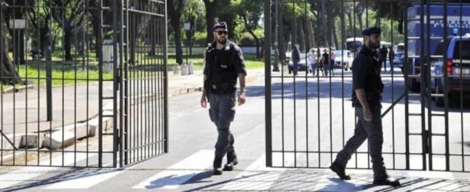 Colle Oppio choc: ivoriano trascina una turista nel parco e tenta di stuprarla
