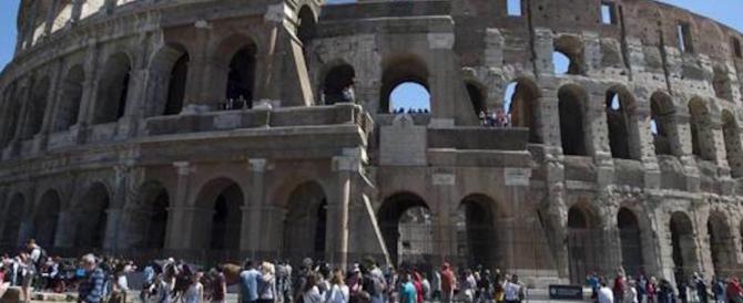 Si arrampica sul Colosseo e picchia gli agenti. In manette un giovane polacco