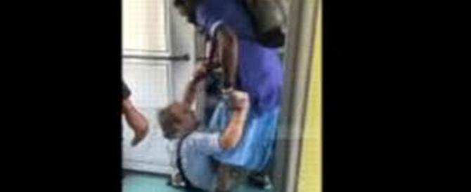 Gli chiede il biglietto: controllore aggredito e rapinato da un senegalese (video)