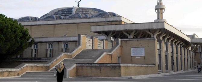 Vogliono comandare a Roma: coppia si bacia davanti la moschea, islamico li prende a calci