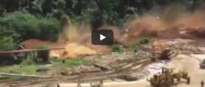 La diga cede all'improvviso, l'acqua travolge le persone in fuga (video)