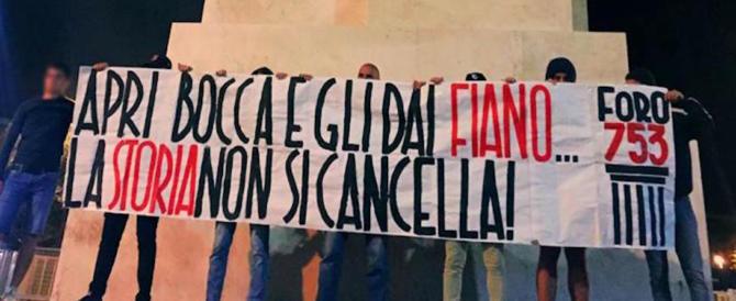 """Legge Fiano, il """"Foro 753"""" manifesta all'obelisco del Duce: «La storia non si cancella»"""