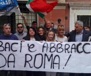 Fidanzati aggrediti davanti a moschea: flash mob di Fratelli d'Italia (video)