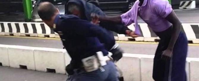 «Italiani ladri e razzisti». Immigrati pestano 4 poliziotti e il giudice li libera