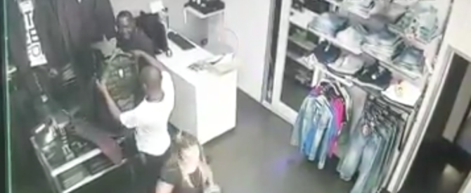 Tre africani sono diventati il terrore dei negozianti napoletani (video)