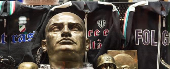Bologna, vietata la vendita di gadget fascisti. Anche il M5S dice sì alla delibera
