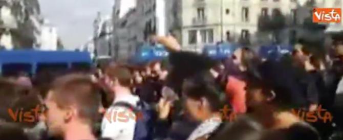 """Fischi per Macron alla Sorbona. Gli studenti: """"vattene, non è roba tua"""" (video)"""