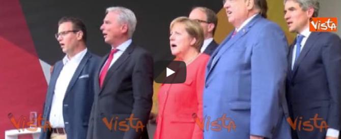 Anche la Germania è stufa: lanci di pomodori contro la Merkel (video)