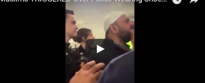 Poliziotti entrano in moschea con le scarpe, scatta la furia dei musulmani (video)