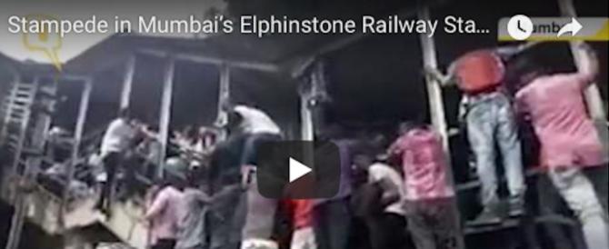 Panico a Mumbai: 22 persone sono morte schiacciate dalla folla (video)