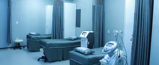 Durante l'elettrocardiogramma viene colpito da infarto e muore
