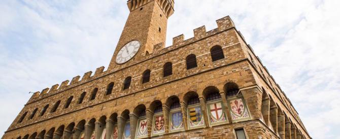 Donna rom urina davanti a Palazzo Vecchio: denunciata per atti osceni