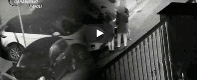 La vendetta sul parcheggiatore abusivo: lo filmano e lo fanno arrestare (video)