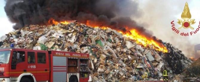 Pavia, in fiamme una fabbrica di smaltimento dei rifiuti. Sos diossina