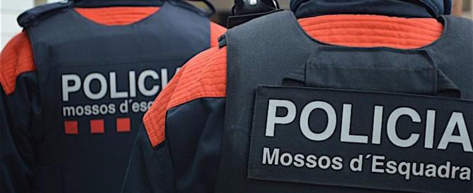 La polizia catalana restìa a chiudere i seggi come ha ordinato Madrid