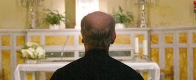 Paura in chiesa, un marocchino aggredisce il prete e gli sputa in faccia