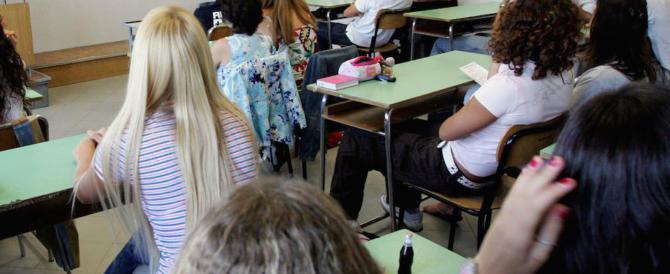 Prof di religione parla di sesso in aula: proteste di fuoco. Viene sospeso