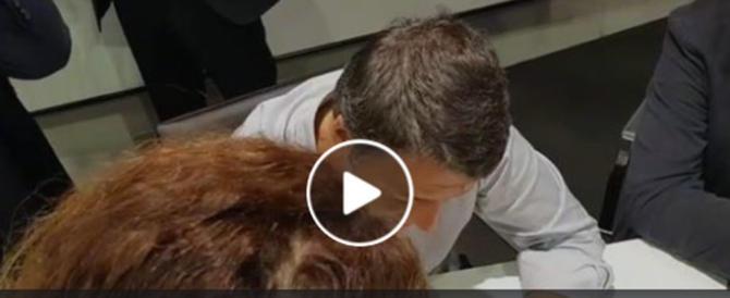 """Trani, la segretaria Pd umilia così Renzi: """"Riprenditi la tessera"""" (video)"""
