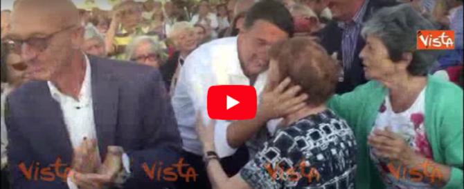 """E adesso Renzi """"spera"""" nell'Anpi: abbraccia una partigiana (video)"""