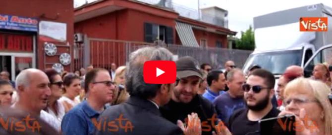 Napoli, arrivano 300 famiglie rom e nel quartiere scoppia la rivolta (video)