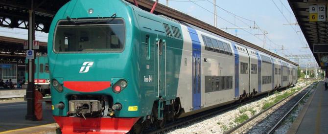 Rom rapina una ragazza sul treno, gli altri passeggeri lo inseguono: arrestato