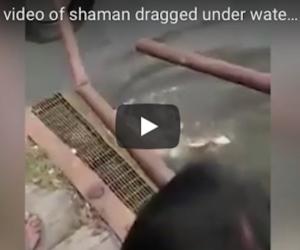 Lo sciamano sfida i coccodrilli, si lancia nel fiume ma viene divorato (video)