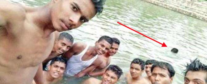 Gli amici si fanno un selfie: dietro di loro un ragazzo annega nel lago