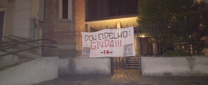 """Striscione di FN contro il prete troppo amico degli islamici: """"Giuda"""""""