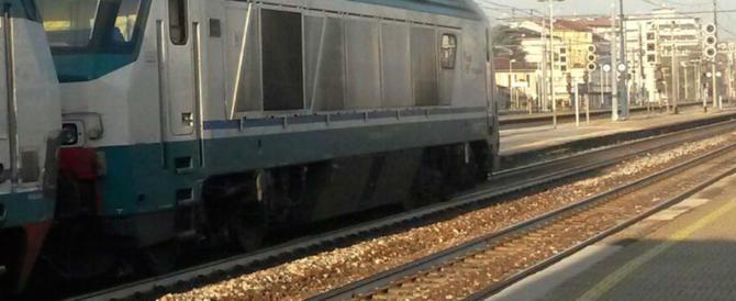Pakistano rischia di essere travolto dal treno per prendere 20 euro